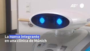 """Franzi """"una"""" robot que limpia, canta en alemán y distrae a los enfermos"""