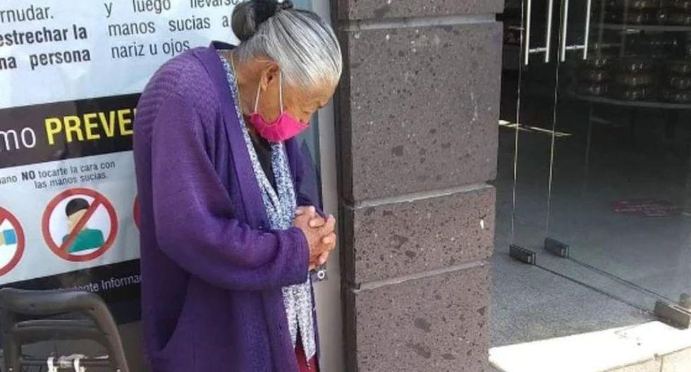Esta señora no puede quedarse en su casa porque tiene que preparar y salir a vender sus gelatinas con la esperanza de reunir un poco de dinero para poder subsistir. (Foto: Facebook)