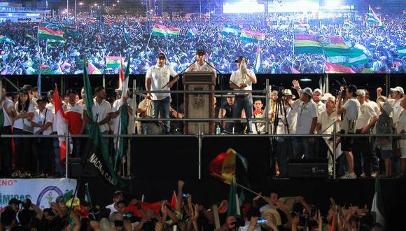 Camacho se dirigió de nuevo a una multitud en el centro de Santa Cruz, la mayor ciudad de Bolivia, al cumplirse el plazo de 48 horas al que había retado a Evo Morales el pasado sábado, mientras en otras urbes del país otros comités cívicos le seguían en directo en pantallas en las calles. (AFP)