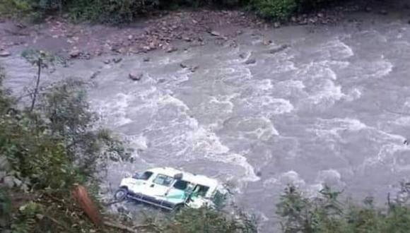 Puno: Miniván de pasajeros cayó a un abismo de 80 metros de profundidad hacia el rio Tambopata con un saldo de dos menores desaparecidos y diez heridos. (Foto: PNP)