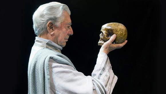 """Mario Vargas Llosa durante el ensayo de su obra """"Los cuentos de la Peste"""" en el Teatro Español de Madrid en 2015."""