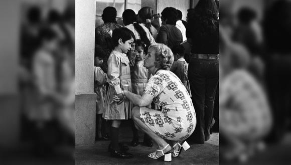 La foto más emotiva que verás hoy: así recibían las maestras de escuela a nuestros niños en 1972. (Del Archivo Histórico El Comercio)