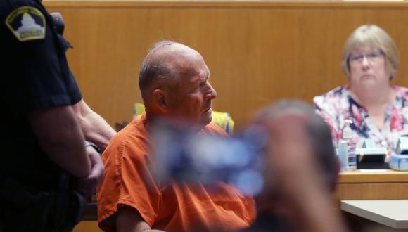 Joseph James DeAngelo, conocido como Golden State Killer, es llevado en una silla de ruedas a la sala del tribunal para ser procesado por dos cargos de asesinato el 27 de abril de 2018 en Sacramento, California. (Foto: Elijah Nouvelage / AFP).