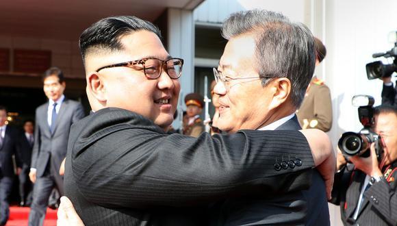 El histórico abrazo entre el líder de Corea del Norte Kim Jong-un (izquierda) y el presidente de Corea del Sur, Moon Jae-in,  el 26 de mayo de 2018 en la frontera desmilitarizada. (Foto: AFP).