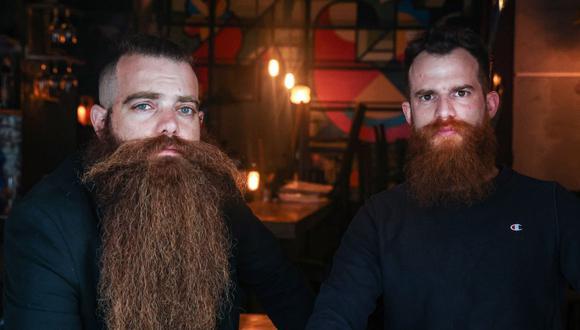 """Bar Pinto (der) y Gilad Levi, dos barbudos de 29 años y fundadores de """"Beard for All"""" (""""Ptor Zakan"""" en hebreo), encabezan una campaña que desafía las reglas militares israelíes que obligan a todos los soldados a afeitarse. (Foto de Emmanuel DUNAND / AFP)."""
