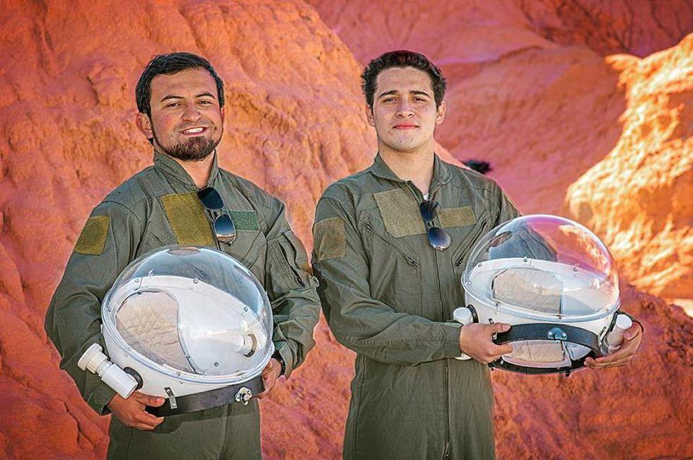 Meszaros y un compañero en su misión especial.