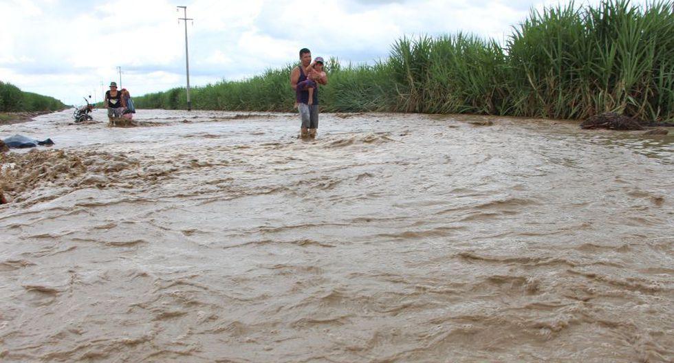 Debido a la inundación, el pase de vehículos fue bloqueado (Foto: Johnny Aurazo / El Comercio)