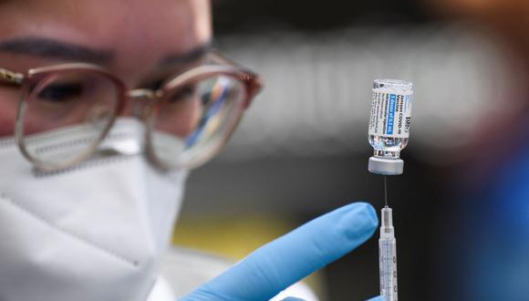 Una enfermera prepara una dosis de la vacuna Johnson and Johnson contra el coronavirus Covid-19 en una clínica móvil de vacunación en Weingart East, Los Ángeles, Estados Unidos. (PATRICK T. FALLON / AFP).