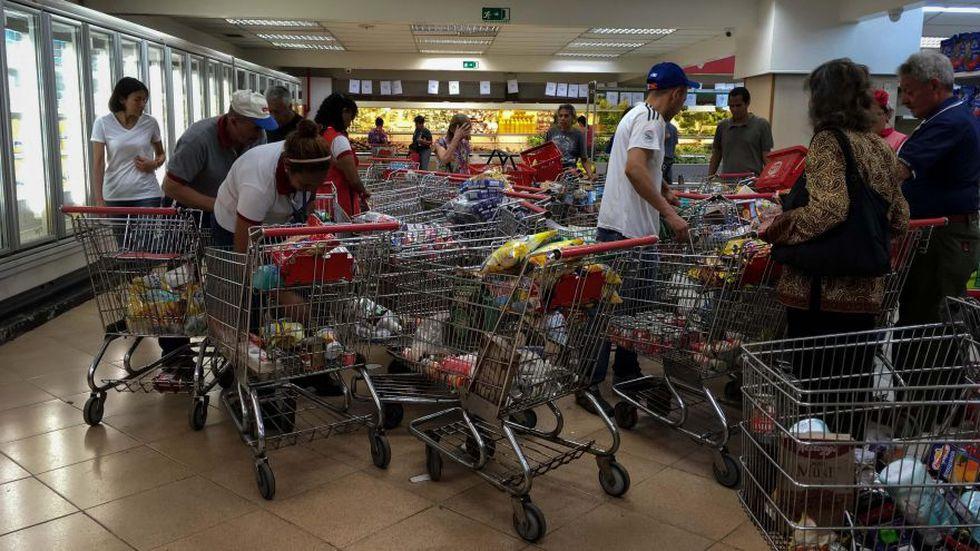 El mandatario venezolano decretó un alza del salario mínimo, aunque a la tasa del mercado paralelo representa solo dos dólares por mes. La moneda venezolana, el bolívar, se ha debilitado alrededor de un 98 por ciento frente al dólar en el último año. (Foto: Reuters)