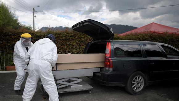 Empleados trasladan el cuerpo de una persona fallecida por el coronavirus COVID-19 hacia el parque cementerio Zipaquirá, cerca de Bogotá, Colombia. (Raúl ARBOLEDA / AFP).