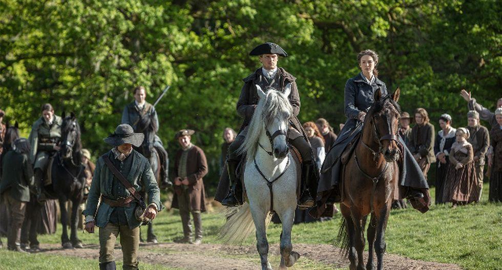Sam Heughan (Jamie Fraser) y Caitriona Balfe (Claire Fraser) cabalgan hacia su destino. ¿La guerra los separará? (Fox Premium)
