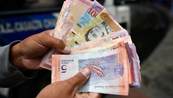 Menos de un año después de la introducción de un nuevo cono monetario en el que se le quitaron cinco ceros al bolívar, las autoridades venezolanas introducen nuevos billetes con una denominación mucho más alta. (Foto: Getty Images)