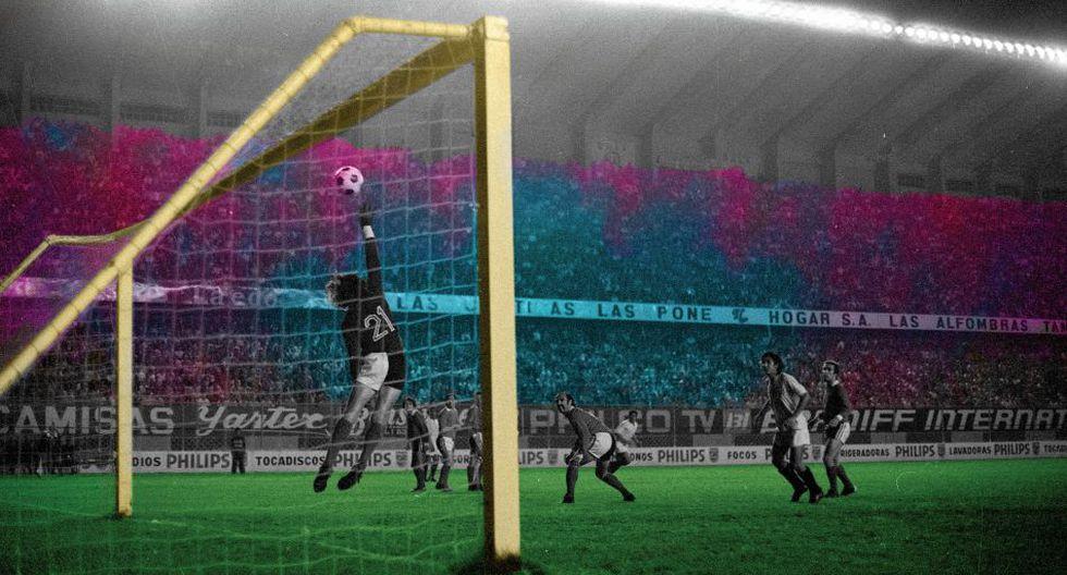 Miguel Ángel Santoro despeja un tiro franco de la U. Aquel primer partido de la final contra Independiente acabaría sin goles. Esa igualdad costaría caro a los merengues en el partido de vuelta.