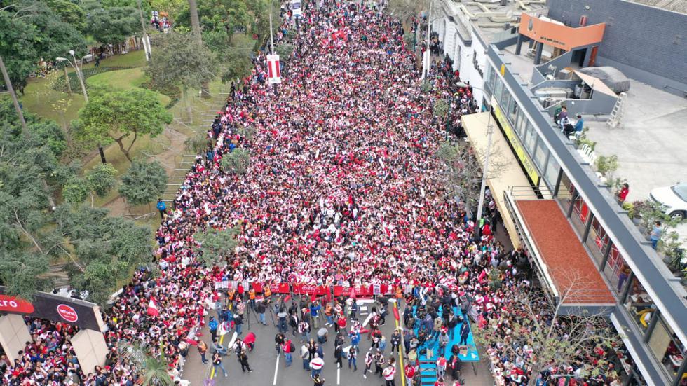 Gran cantidad de público se ha concentrado en los alrededores del parque Kennedy. (Foto: Giancarlo Ávila / El Comercio)