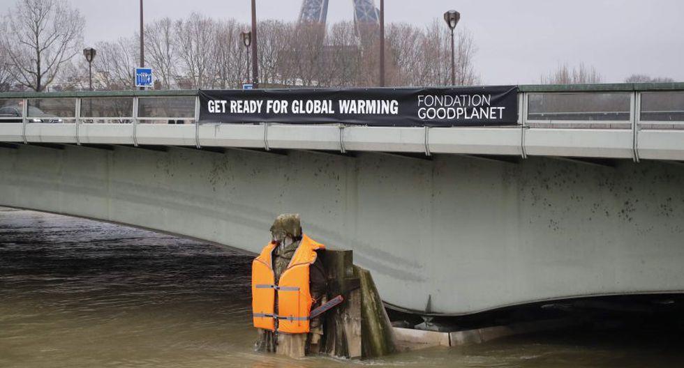 El zuavo, la célebre estatua de un soldado del ejército francés que custodia el río desde el Puente del Alma, cubierto ahora de agua hasta los muslos, fue vestido por dos hombres que descendieron haciendo rápel. (Foto: Reuters)