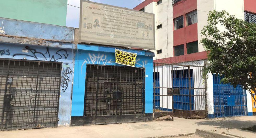 En la cuadra 12 de la auxiliar de Próceres de la Independencia proliferan los anuncios de venta y alquiler. La mayoría de negocios ha cerrado y los vecinos reportan aumento de delincuencia por lo desolado de la zona. (Gladys Pereyra)
