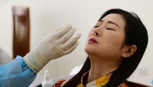 Personal sanitario toma muestras para una prueba del coronavirus Covid-19 en Hanoi, Vietnam, el 12 de julio de 2021. (Nhac NGUYEN / AFP).
