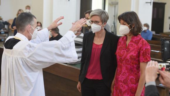 El vicario parroquial Wolfgang Rothe bendice a la pareja de lesbianas Christine Walter y Almut Muenster, durante un servicio religioso en la iglesia de Saint Benedikt, en Múnich, Alemania. (Felix Hörhager / AFP).