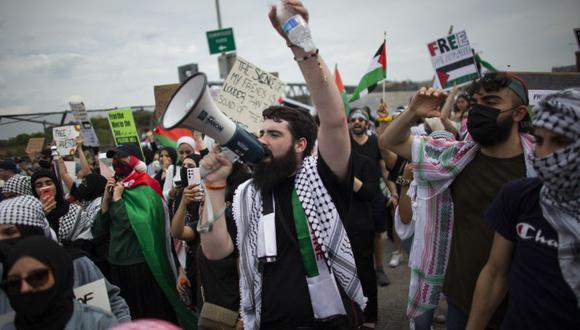 Un hombre grita consignas mientras la gente asiste a una protesta en apoyo de Palestina en Queens, Nueva York. (Foto: AFP / Kena Betancur).
