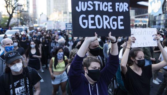 La gente marcha tras la noticia de que el ex oficial de policía del Departamento de Policía de Minneapolis Derek Chauvin fue declarado culpable de todos los cargos por la muerte de George Floyd, en el distrito de Brooklyn de Nueva York, EE. UU. (Foto: EFE / EPA / JUSTIN LANE).