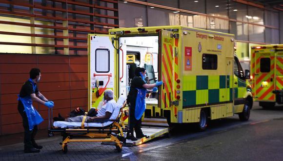 Una ambulancia llevando a un paciente en el Royal London Hospital de Inglaterra. (Foto: EFE)