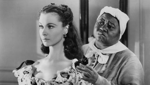 """Vivien Leigh y Hattie McDaniel, ambas ganadoras del premio Oscar por """"Lo que el viento se llevó"""". La película fue retirada temporalmente de HBO Max por su racismo. Volverá a la plataforma con un mensaje para entender el contexto. Foto: MGM."""
