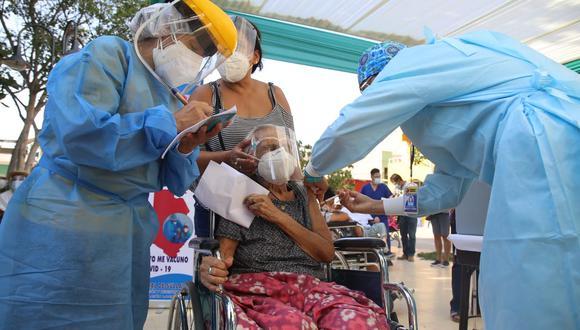 Una señora de 91 años fue la primera en recibir la vacuna contra el COVID-19 en Sullana, Piura (Foto: Municipalidad Provincial de Sullana)
