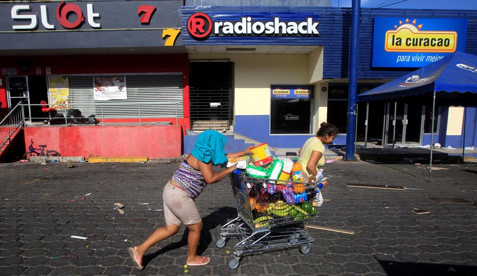 Docenas de tiendas en Managua, capital de Nicaragua, han sido saqueadas, mientras las protestas y disturbios contra las reformas del gobierno al Seguro Social continuaban el domingo. (Reuters).