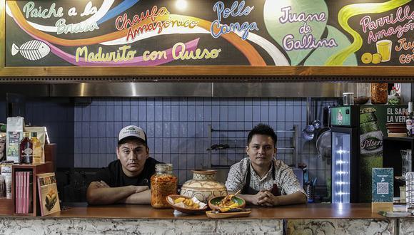 Edson Ferreira, cocinero de La Patarashkita, y Aldo Yaranga, chef del Grupo Patarashka, recibieron a Provecho en su local de Barranco. (Foto: Anthony Niño de Guzmán)