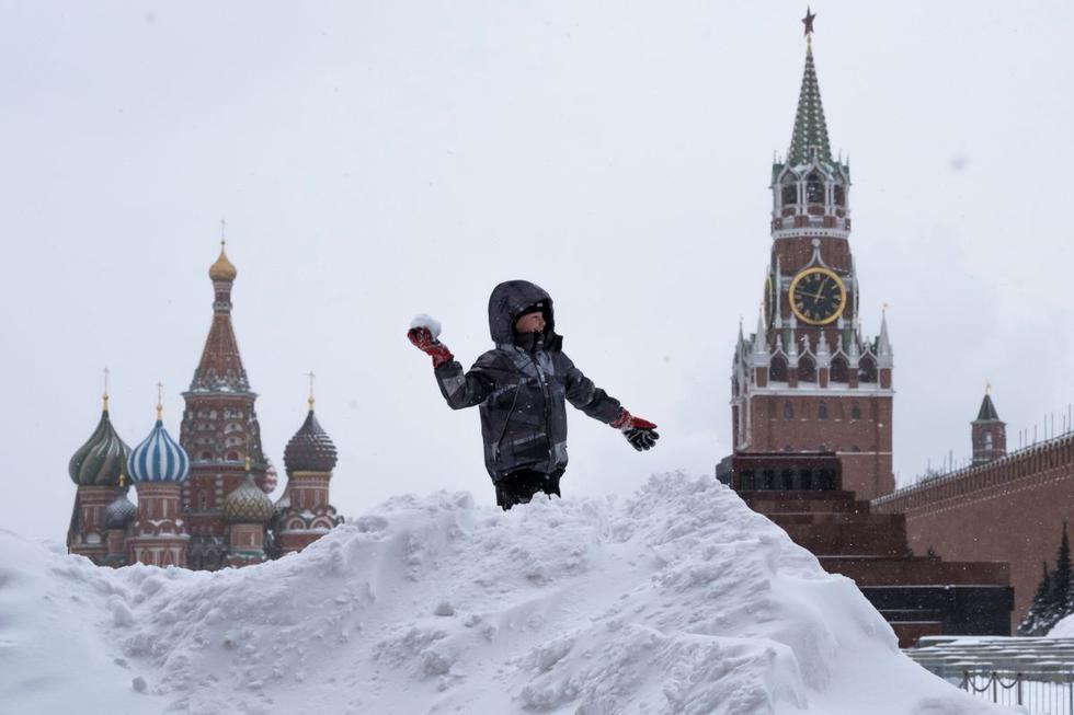 """Una """"nevada apocalíptica"""", según los meteorólogos, ha sepultado este sábado Moscú (Rusia) bajo un manto de 56 centímetros de nieve, ha paralizado el tráfico y ha obligado a retrasar decenas de vuelos. (Texto: EFE / Foto: Reuters)."""