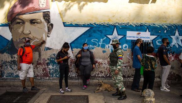 Los votantes hacen cola para votar en un colegio de Caracas, Venezuela, el 6 de diciembre de 2020 durante las elecciones legislativas. (Foto de Cristian Hernandez / AFP).