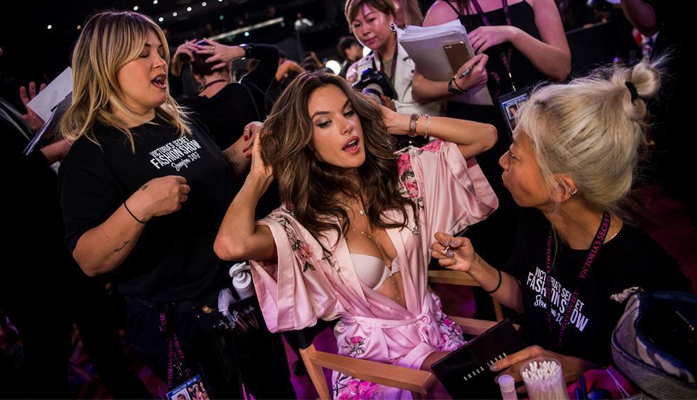 En un ambiente vertiginoso y de diversión, las modelos se alistaron antes de salir a la pasarela del Victoria's Secret Fashion Show, en Shanghái. Aquí, Alessandra Ambrosio en plenos preparativos. (Foto: AFP)