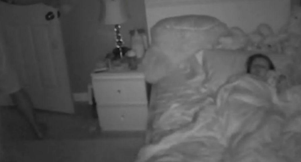 Se viralizó en Facebook el accionar de un padre de familia que hizo de todo para que su hija duerma plácidamente. (Foto: Captura)