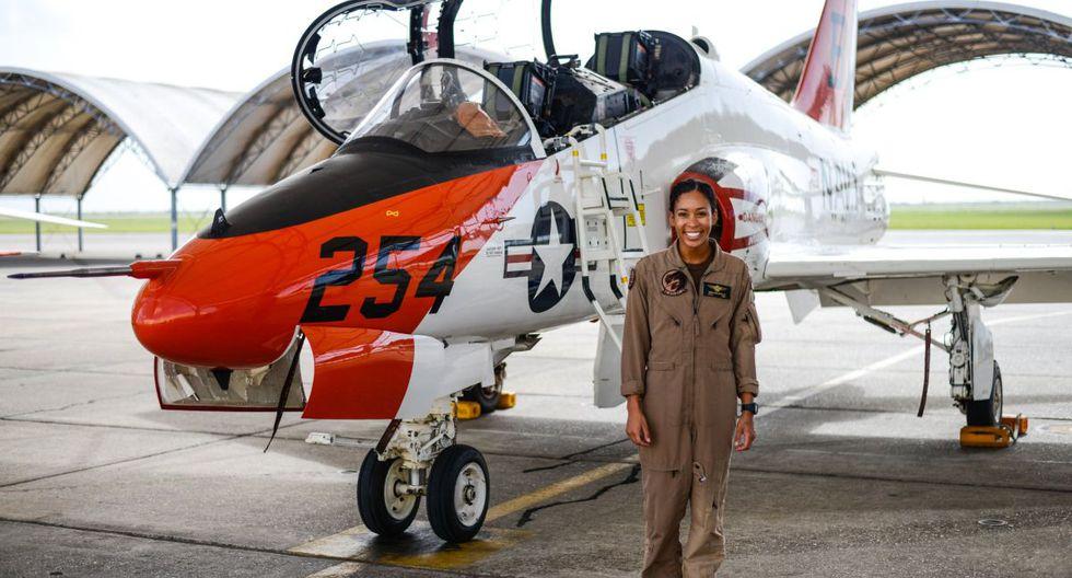 Madeline Swegle sonríe junto a un avión de entrenamiento T-45C Goshawk de la Armada de Estados Unidos. (Foto: Twitter).