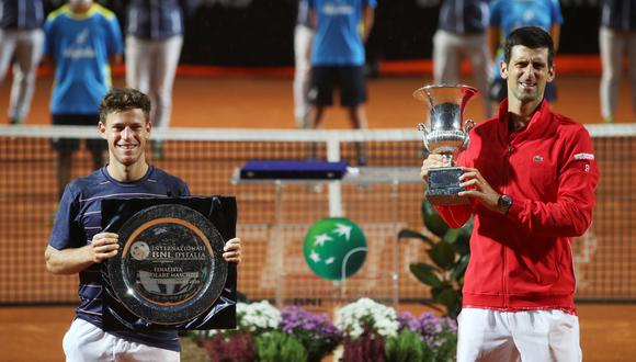 Tennis - ATP Masters 1000 - Italian Open - Foro Italico, Rome, Italy - September 21, 2020 Serbia's Novak Djokovic and Argentina's Diego Schwartzman pose with their trophies after the final Pool via REUTERS/Clive Brunskill