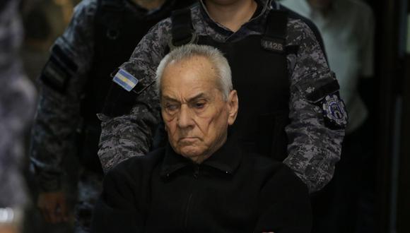 El sacerdote católico italiano Nicola Corradi es escoltado por la policía en la corte argentina donde se le condenó por abuso sexual a niños sordos. (REUTERS/Maximiliano Rios).