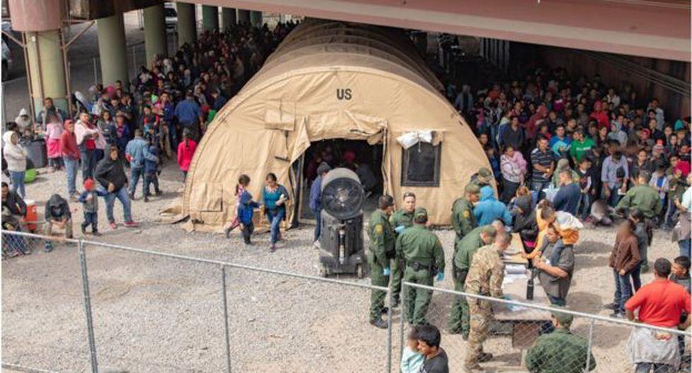 Los migrantes habitualmente están bajo el puente Paso del Norte en El Paso temporalmente, antes de ser trasladados a otras instalaciones. (Getty Images vía BBC)