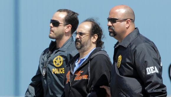 El excomandante paramilitar colombiano Rodrigo Tovar, conocido como 'Jorge 40', es escoltado por oficiales de la DEA desde un avión cuando llega al aeropuerto de Opa-Locka en Miami, Florida, EEUU, el 13 de mayo, 2008. REUTERS/Carlos Barria