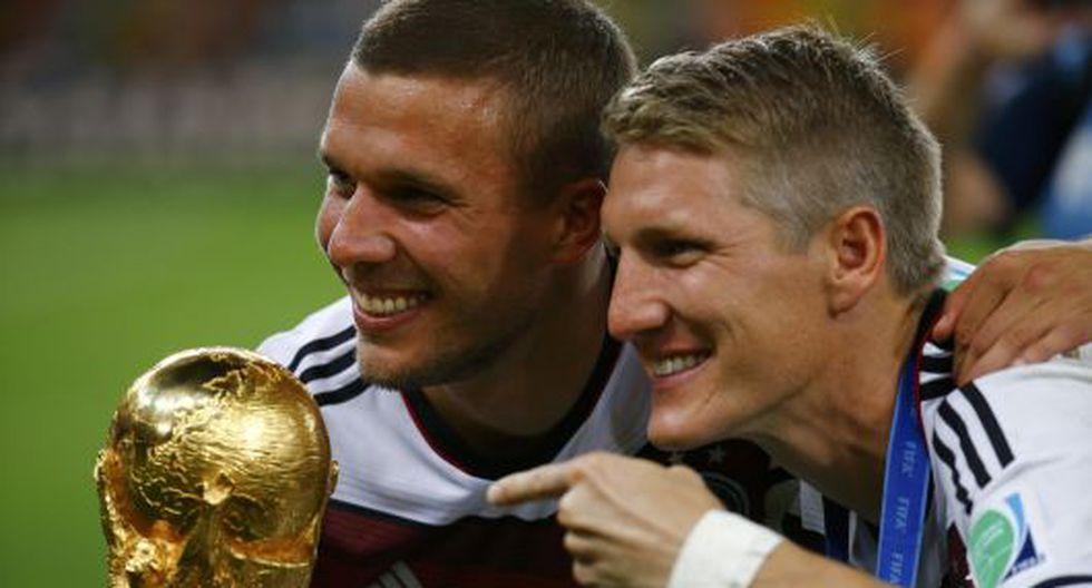 Podolski se tomó 'selfies' con la Copa del Mundo