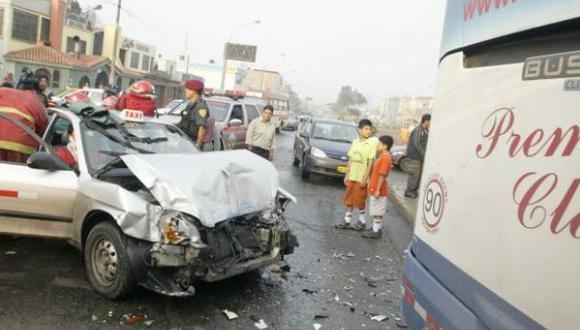 La Victoria: pasajero quedó atrapado en taxi luego de choque