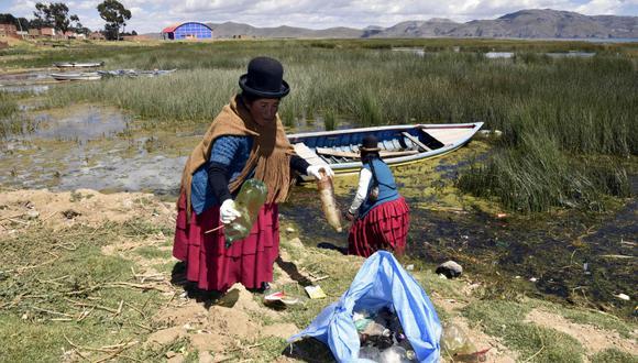 Mujeres indígenas limpian la basura del Titicaca, su lago sagrado. (Foto: AFP/Aizar Raldes)