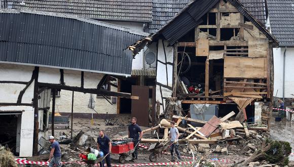En Alemania, unos vecinos remueven los escombros que dejó a su paso el temporal. REUTERS