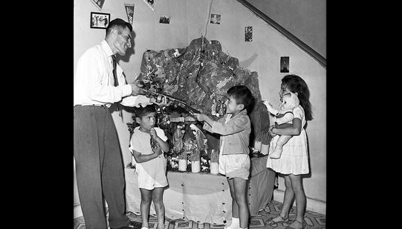 Las familias peruanas, como esta de 1959, no olvidan los nacimientos a modo de montaña que adornaban sus casas. (Foto: Archivo Histórico El Comercio)