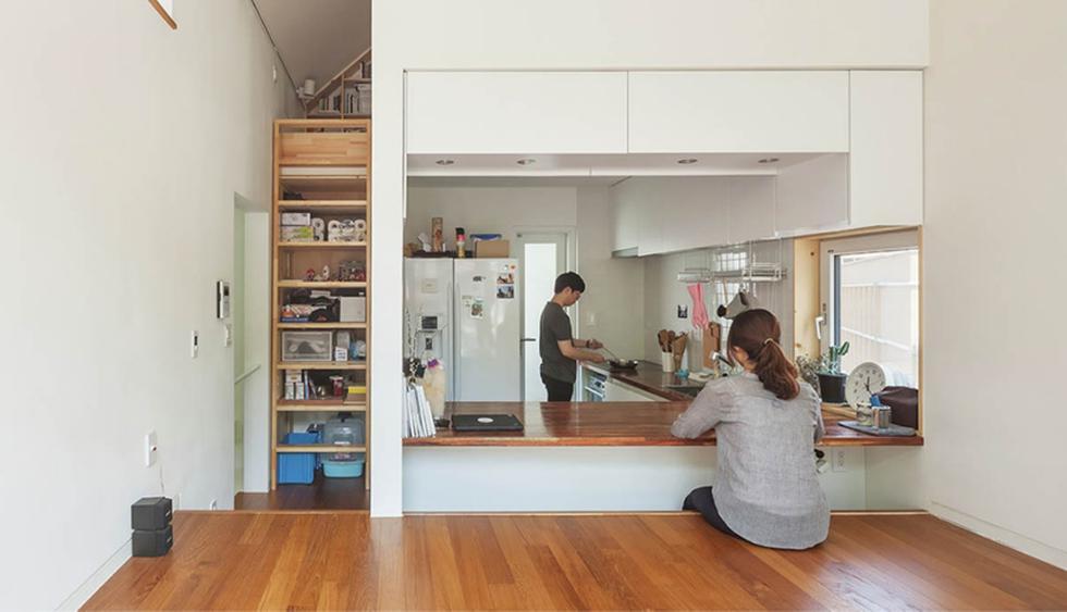 La decoración de la casa se basó en el estilo minimalista. En la imagen se aprecia cómo la mesa de cocina se puede transformar en una mesa de comedor. (Foto: Kyungsub Shin / o-bba.com)