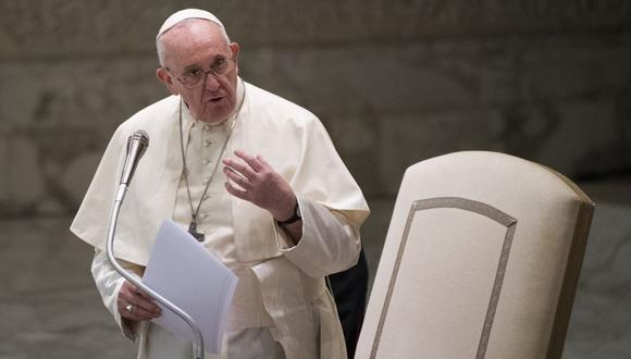 """En su tercera encíclica,  titulada """"Fratelli tutti"""", el papa Francisco condena el """"dogma neoliberal"""", un """"pensamiento pobre, repetitivo, que propone siempre las mismas recetas frente a cualquier desafío que se presente"""". (Foto: Tiziana FABI / AFP)."""