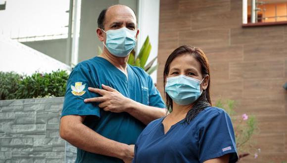 Los Marco Bueno y María Luisa Pacheco se vacunaron el mismo día en el hospital Loayza. Ambos llevan atendiendo a pacientes con COVID-19 desde el inicio de la pandemia. (Joel Alonzo / @photo.gec)