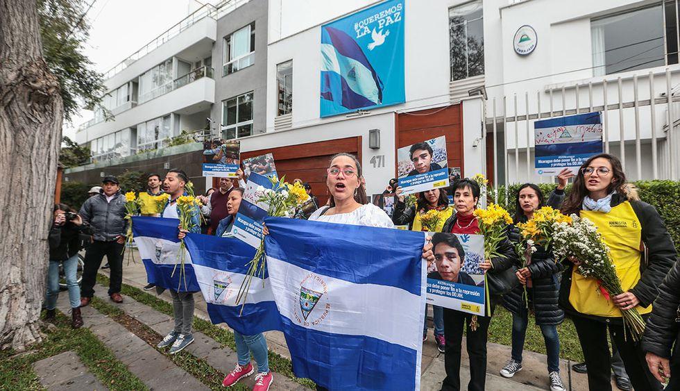 Activistas nicaragüenses hicieron una visita simbólica a la embajada de Nicaragua en Lima. (Foto: El Comercio)