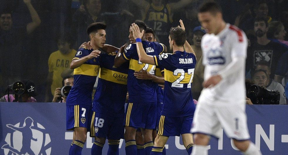 """Argentina's Boca Juniors midfielder Eduardo Salvio (C back) celebrates with teammates after scoring a goal against Colombia's Independiente Medellin during the Copa Libertadores group H football match at the """"La Bombonera"""" stadium in Buenos Aires, Argentina, on March 10, 2020. / AFP / JUAN MABROMATA"""