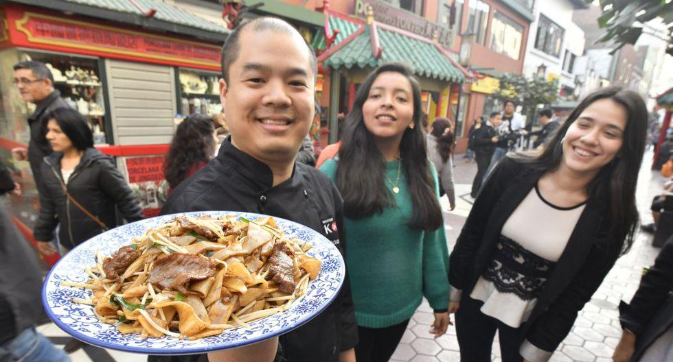 Víctor Jon, del chifa Kong, sostiene un plato de sa ho fan seco de carne.