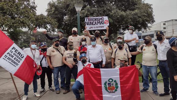 Entre los grupos convocados se vio a miembros del Ejército, Marina de Guerra, Fuerza Aérea y Policía Nacional del Perú. Todos ellos llegaron cerca de las 10:00 a.m. al Óvalo Quiñones (Foto: Yasmin Rosas)